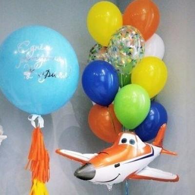 Шарик самолет и большой шар с надписью в композиции из шаров