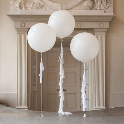 Большие белые воздушные шары с гирляндами тассел