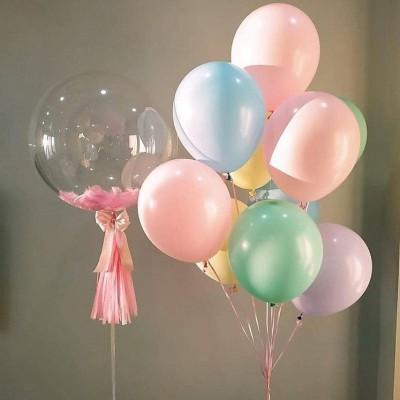 Прозрачный шар с перьями и фонтаном из шаров Макарунс