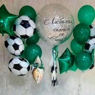Шары в виде футбольного мяча в композиции из шаров