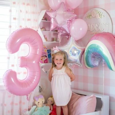 Воздушный шар радуга и цифра 3 года в композиции из шаров